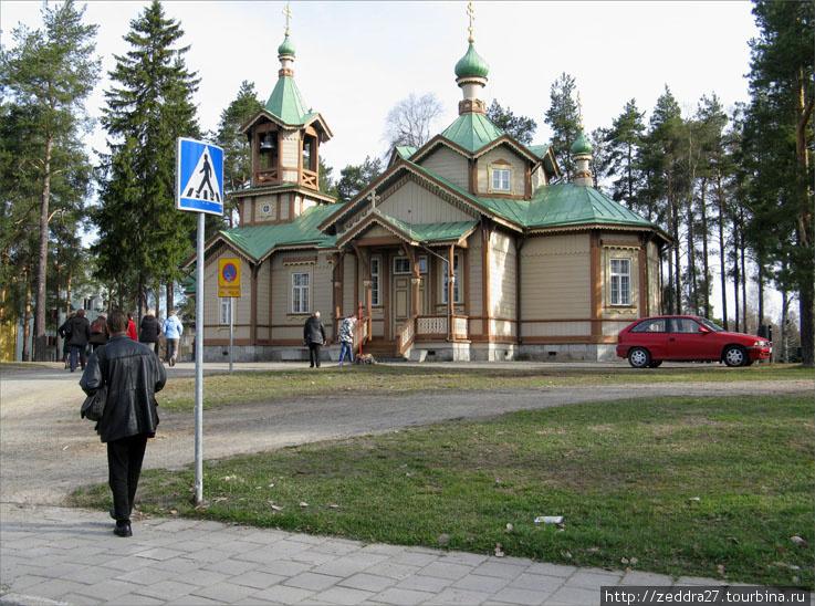 На другом – православная церковь Святого Николая.