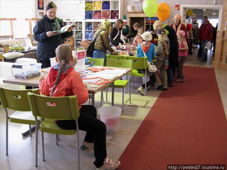 В просторной комнате за  столами  что-то мастерят и рисуют детишки, совсем маленькие с родителями