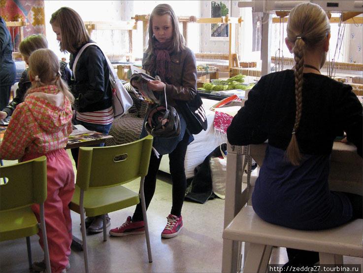 Девочки осваивают ручной ткацкий станок. Количество блондинок зашкаливает и умиляет