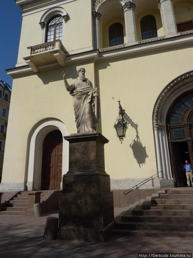 Скульптура перед входом в храм.
