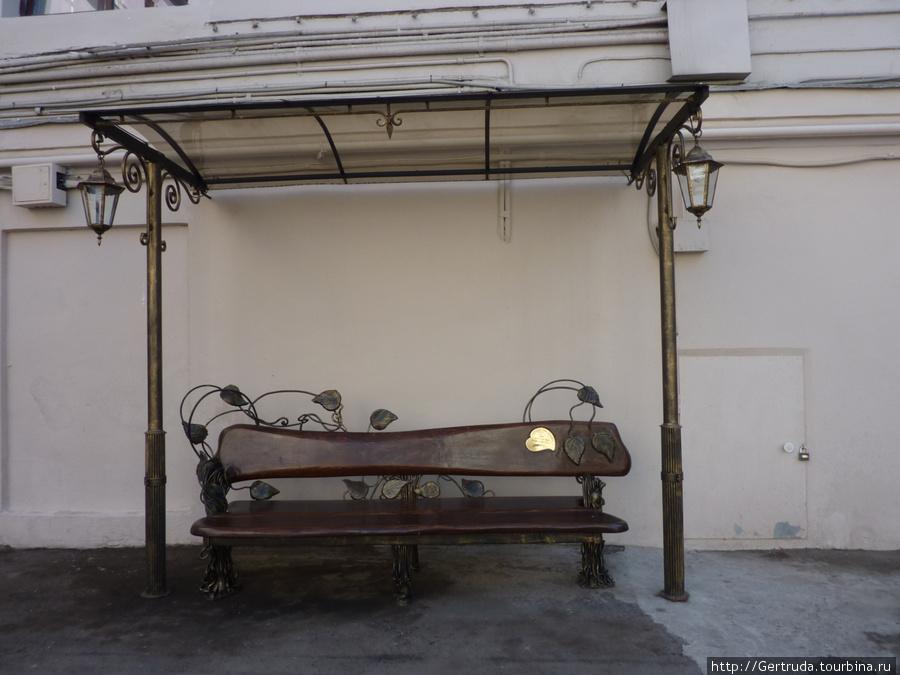 Скамейка рядом с фонтаном.