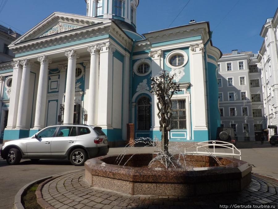 Красивый фонтан у церкви.