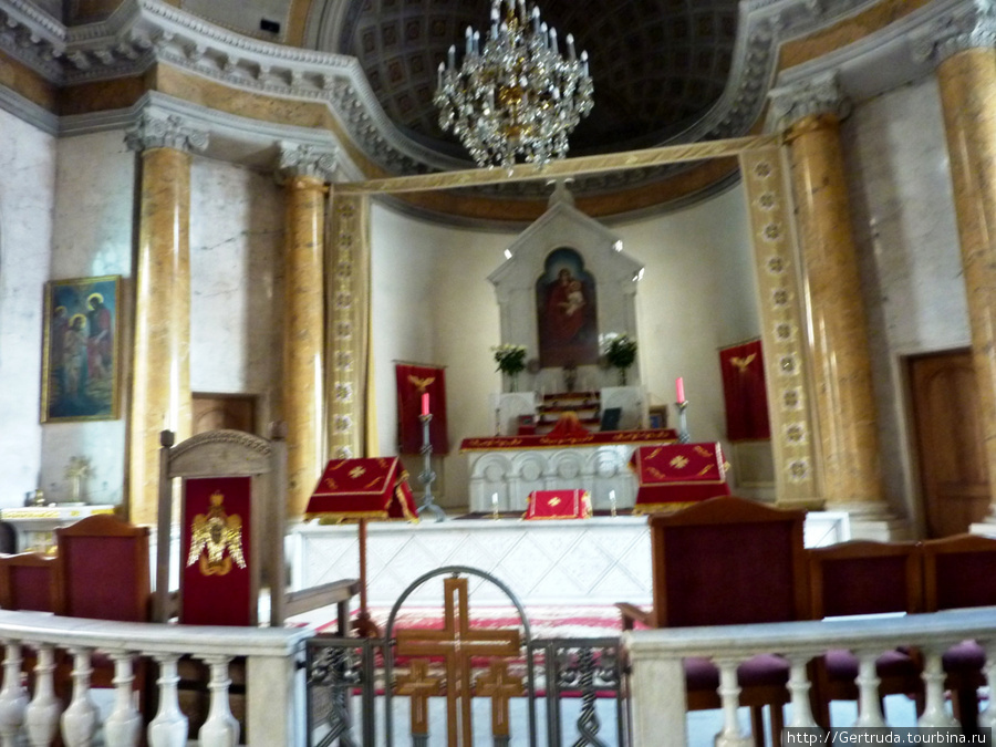 Алтарь в Армянской апостольской церкви.
