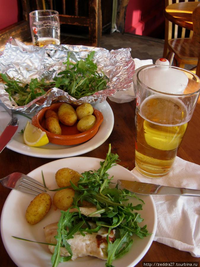 Одна порция рыбки разделённая на двоих, с картошечкой и рукколой — очень вкусно. 11-12 евро