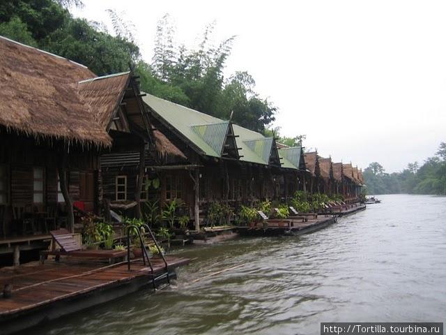 плавучий отель на реке Квай