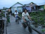 По деревянным мостовым ездят на мотоциклах и велосипедах. А автомобилей тут нет