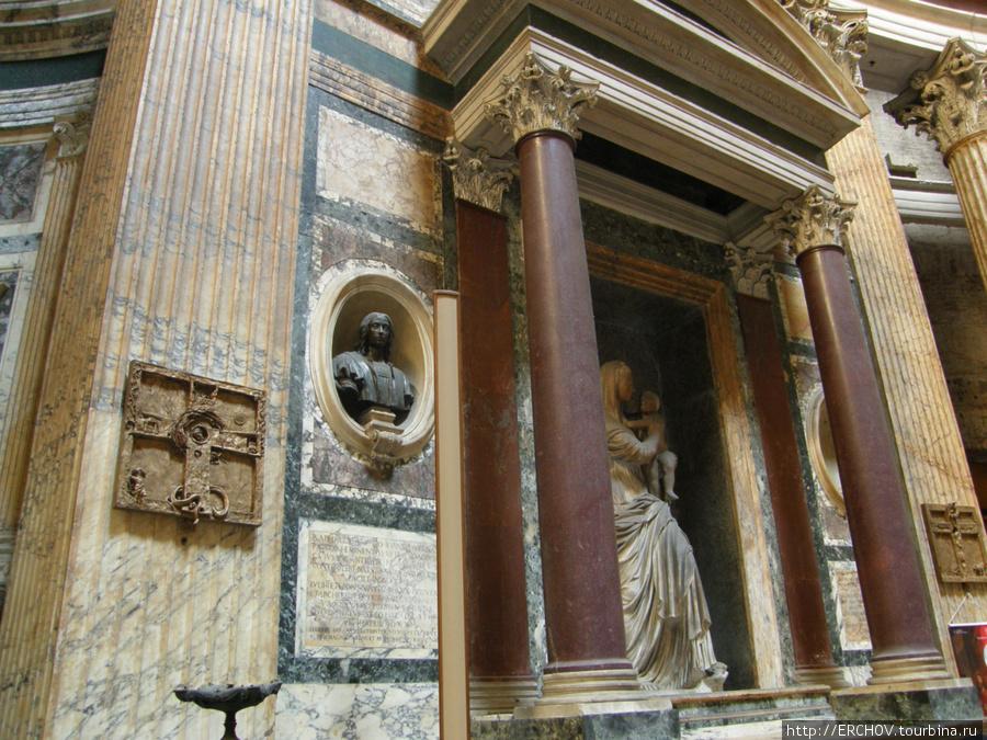 Сегодня Пантеон не только храм, но и мавзолей.