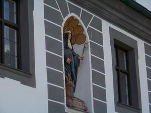 Статуя Марии на фасаде монастыря