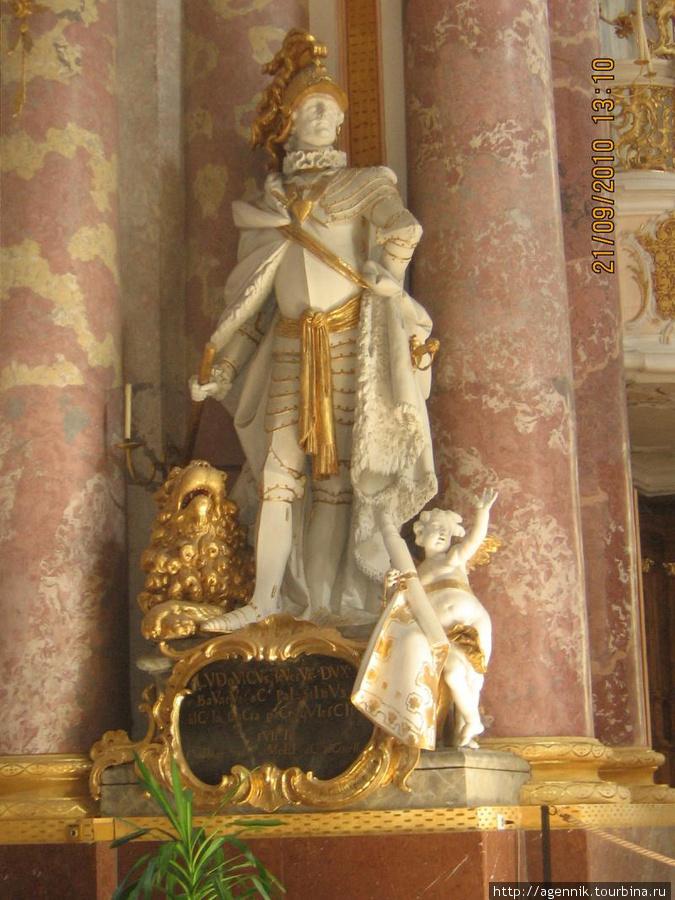 Внутреннее убранство кирхи Вознесения Марии — Людвиг строгий, основатель монастыря