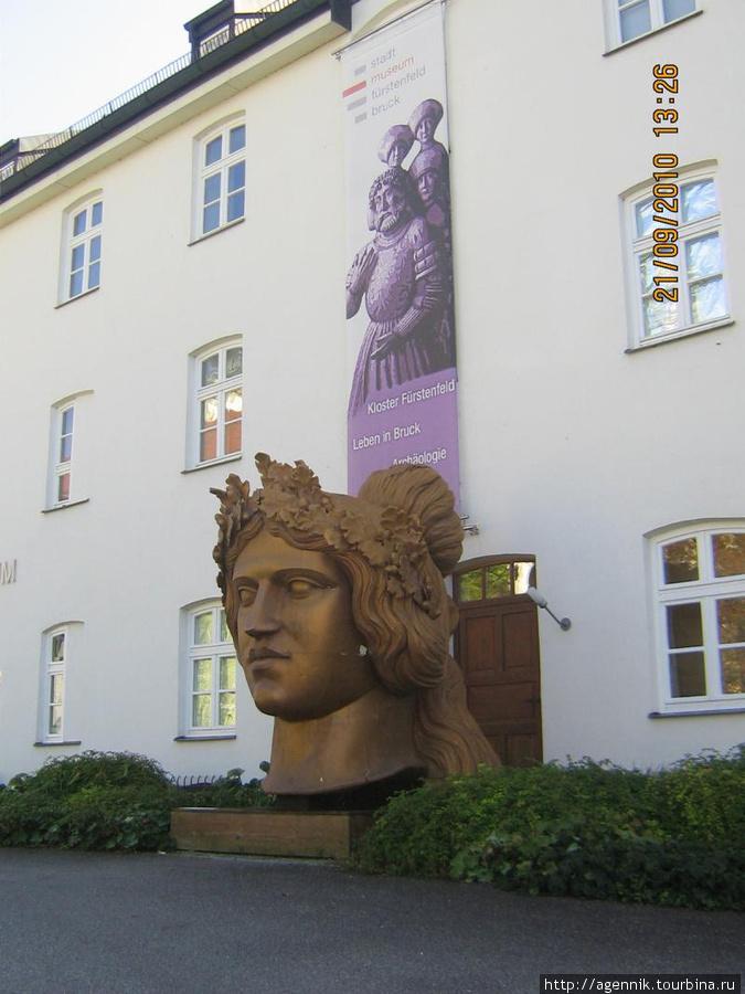 Голова скульптуры Баварии — за ней вход в городской музей