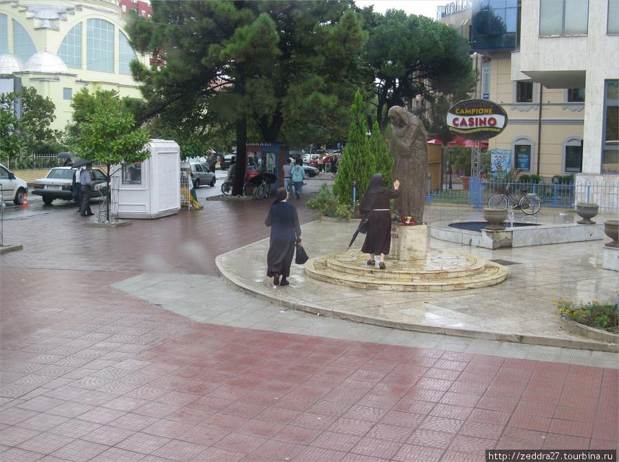 то не единственный памятник Матери Терезе в Албании, а всё потому, что она была албанкой. Правда, родилась Агнесса Гонджа Бояджиу (будущая Мать Тереза), в Боснии и в Албании, толи не была вообще, толи, заезжала