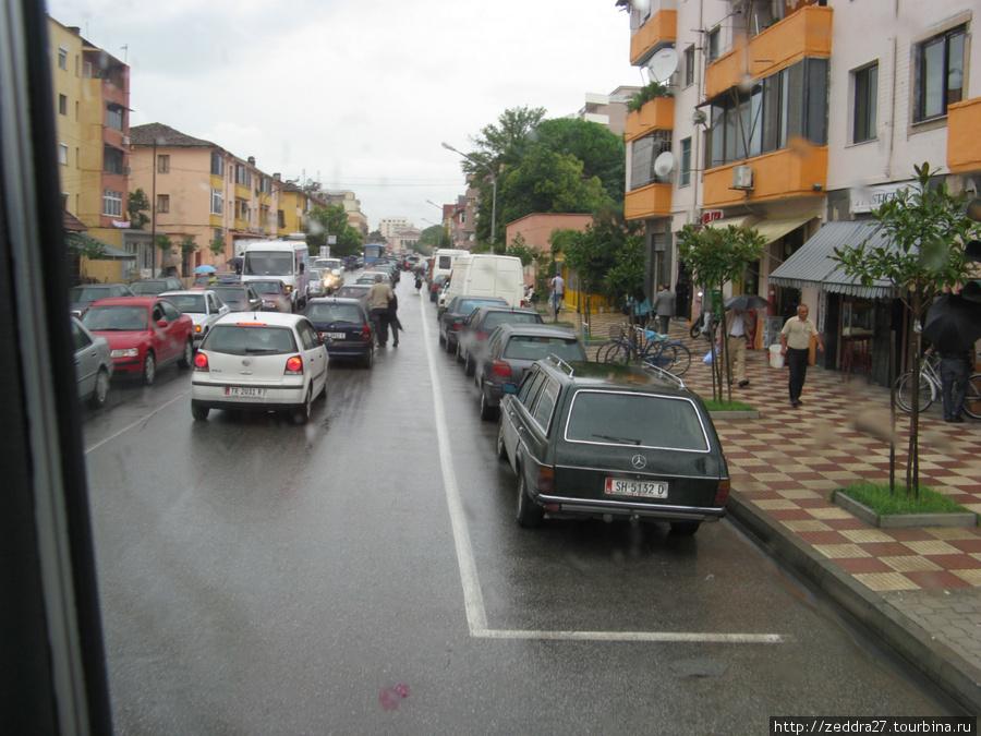 Первая на нашем пути албанская пробка. Светофоры в Албании есть, работающих нет. А пробки, как оказалось тоже могут быть полезны, благодаря им хоть что-то удалось сфотографировать