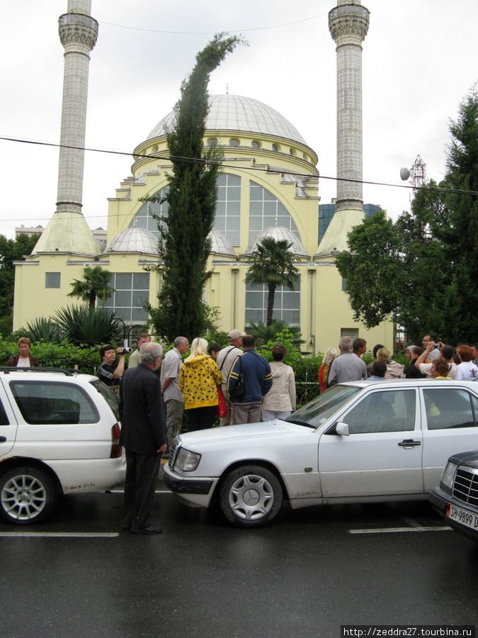 Первая остановка — центральная площадь Шкодера. На площади находятся сразу три храма. Недавно восстановленная мечеть (во времена правления Энвера Ходжи в ней размещался кинотеатр)