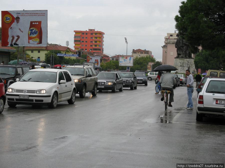 Как нам сказал наш Гидпетя, Шкодер называют городом велосипедов, но вполне вероятно, что и другие города Шкиперии можно назвать также, т.к. общественный транспорт в стране практически отсутствует, а в Шкодере, если верить Гидупете, его нет вообще. Из-за дождя велосипедистов было мало, зато те кто были проплывали за окнами автобуса с открытыми огромными черными зонтами