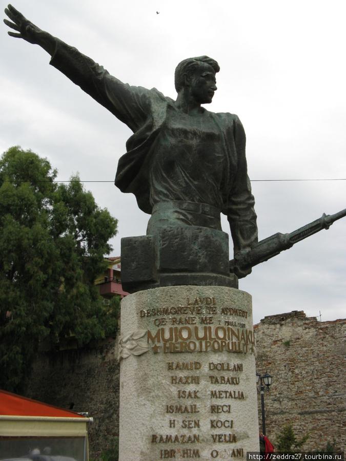 памятник албанскому партизану, поставленный в 1942 году, т.е. ещё во время ВОВ