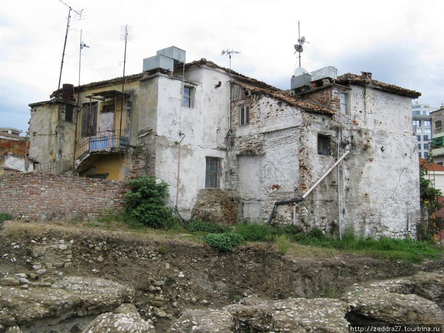Копали археологи пока не упёрлись в жилые дома, на этом раскопки остановились, не сносить же дворец?