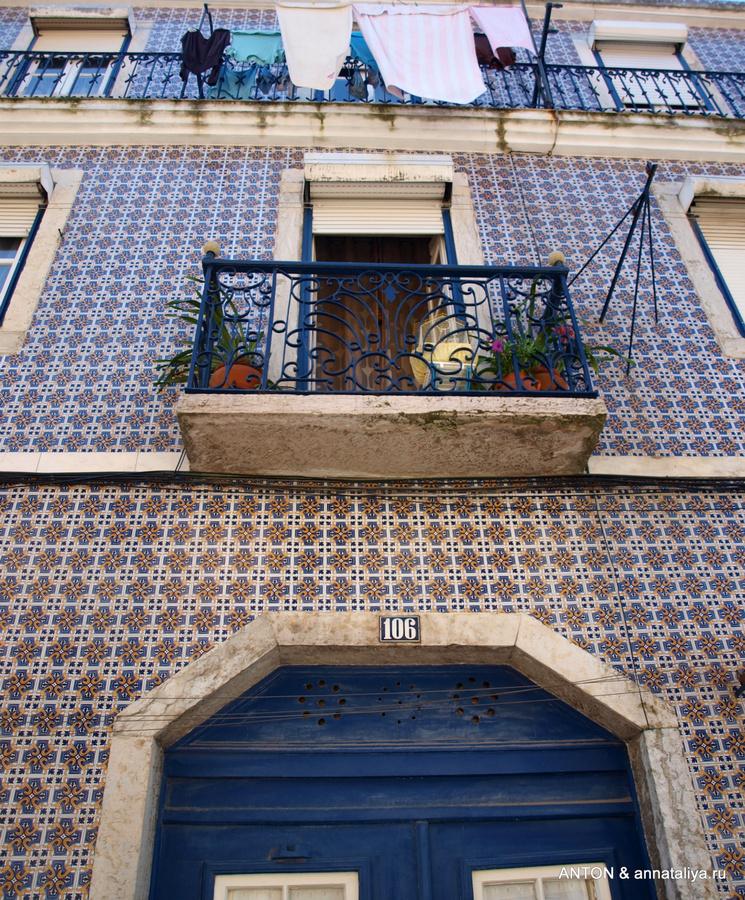 Стены домов покрыты изразцами — азулежуш