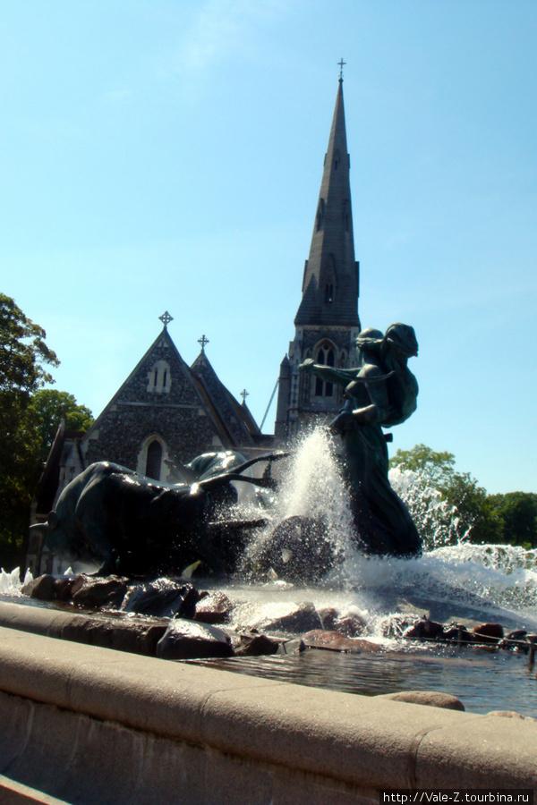 потрясающий фонтан.... разное направление воды дает впечатление движения