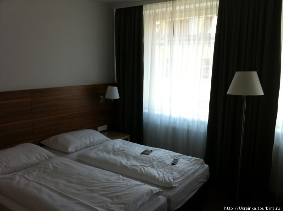 Кровати (на самом деле там очень светло, на фото тень просто так падает)