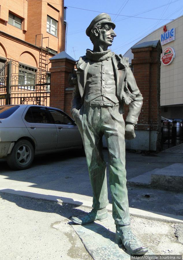 «В город молодой человек вошел в зеленом, узком, в талию, костюме. Его могучая шея была несколько раз обернута старым шерстяным шарфом, ноги были в лаковых штиблетах...