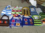 Скромная уличная торговля сумками