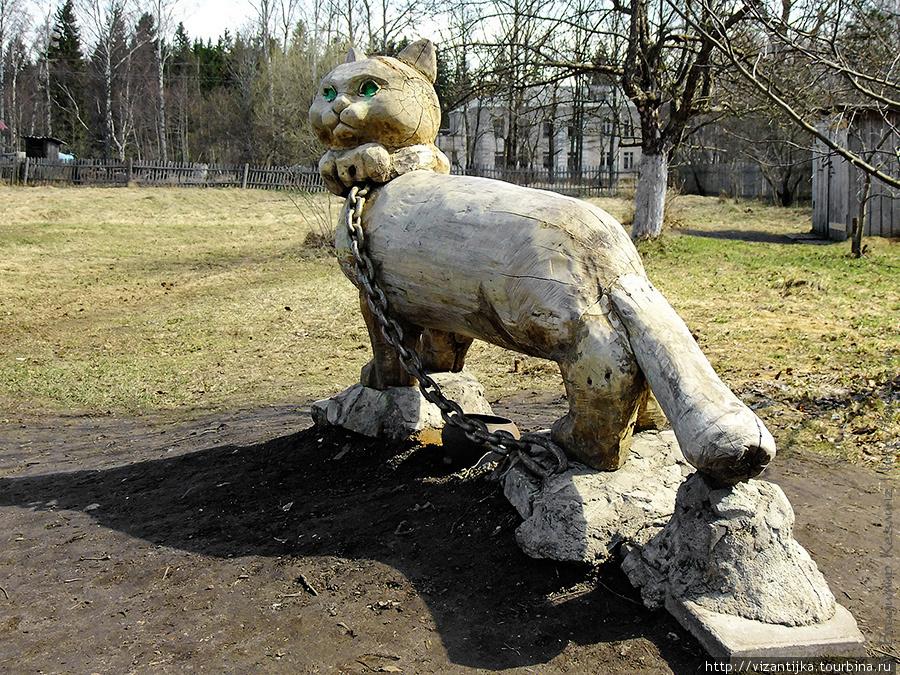 2009г. Кот огромный, поэтому на цепи как собака, а не ходит по цепи как в сказке..