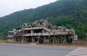 Недалеко от Бэйчуаня около дороги мы видели одно из зданий — эхо 12 мая 2008 года.