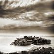 Остров Святого Стефана. Раньше здесь был поселок рыбаков. Их расселили и сделали здесь фешенебельную остров-гостиницу.