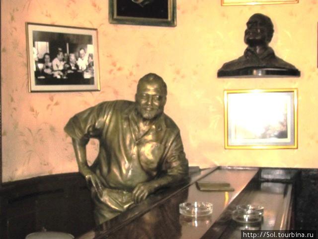 Статуя Хэмингуэю в  баре