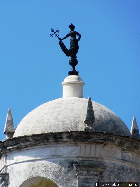 Еще один символ — Гиральдийа установленный на куполе в Крепости Фуэрса