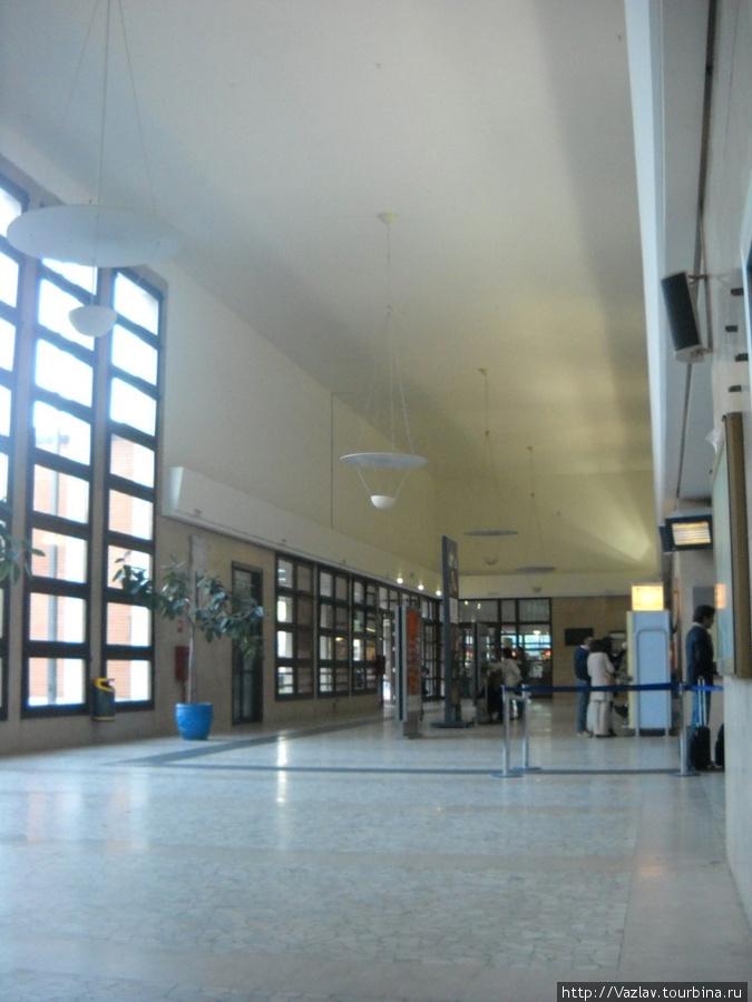 В главном зале; справа в глубину уходит очередь перед кассой