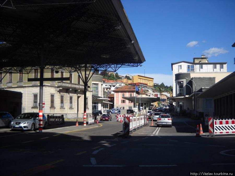 Пограничный пункт — здесь Швейцария, за круглой будкой уже Италия. Контроль проводится выборочно, но он всё-таки есть...