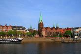 Бремен – старинный ганзейский город-порт, самая маленькая германская земля, современный центр торговли и экономики, музыкальных фестивалей и научных достижений. Но для нас это, прежде всего, родина прославленных бременских музыкантов. Впервые мы увидели город с воды.