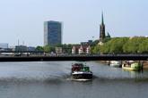Город стоит на реке Везер в 50 км от Северного моря.