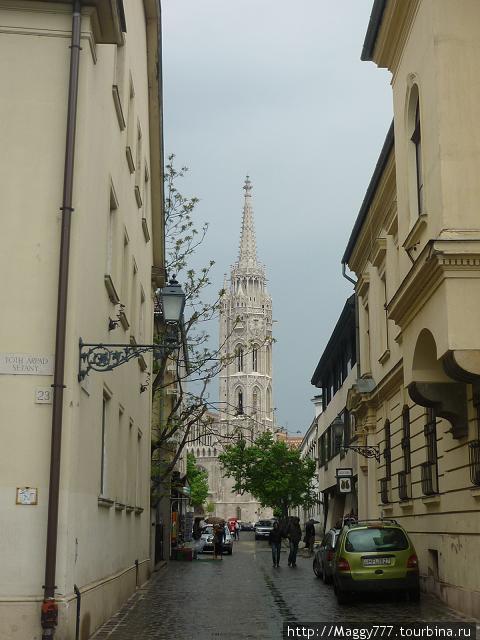 Улочка в Буде. Вдалеке — церковь св. Матьяша