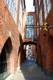 В Бремене встречаются узкие улочки, выглядывающими из-за поворота каким-нибудь сюрпризом для туристов. Одна из них – Бёттхерштрассе (улица-бочка). На первый взгляд она выглядит средневековой. Но это лишь первое впечатление. Большинство «старинных» зданий были построены здесь в начале 20 века.