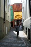 Улица длиной 120 метров заполнена достопримечательностями до отказа: часы из майсенского фарфора, Дом Робинзона Крузо, Фонтан Семи ленивцев, Музей Пуулы Мондерсон-Бекер, Дом Атлантиды. Только успевай любоваться и задирать голову к крышам, чтобы не пропустить очередной сюрприз. Есть на улочке и по-настоящему старый дом – Розулиусхуаз. Он был построен в 1317 году.