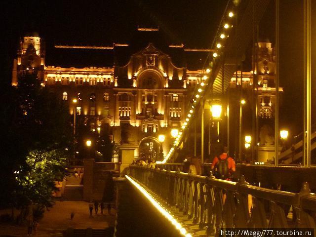 Вечером Цепной мост отлично подсвечен. Здесь — вид с него на академию Рузвельта