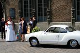 У входа в ратушу мы увидели немногочисленную, но эффектную свадьбу.