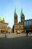 Доминантой выделяется на Рыночной площади Бремена собор Святого Петра. С двумя высокими 98-метровыми башнями. Изначально собор был католическим, потом стал лютеранским. Со старинными зданиями площади контрастирует современнный Дом гражданства.