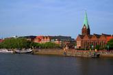Больше всего в Бремене мне понравилось на залитой солнцем просторной набережной Шлахте. Здесь любят отдыхать приезжие и горожане. Набережную украшает пиратский корабль Адмирал Нельсон с рестораном.