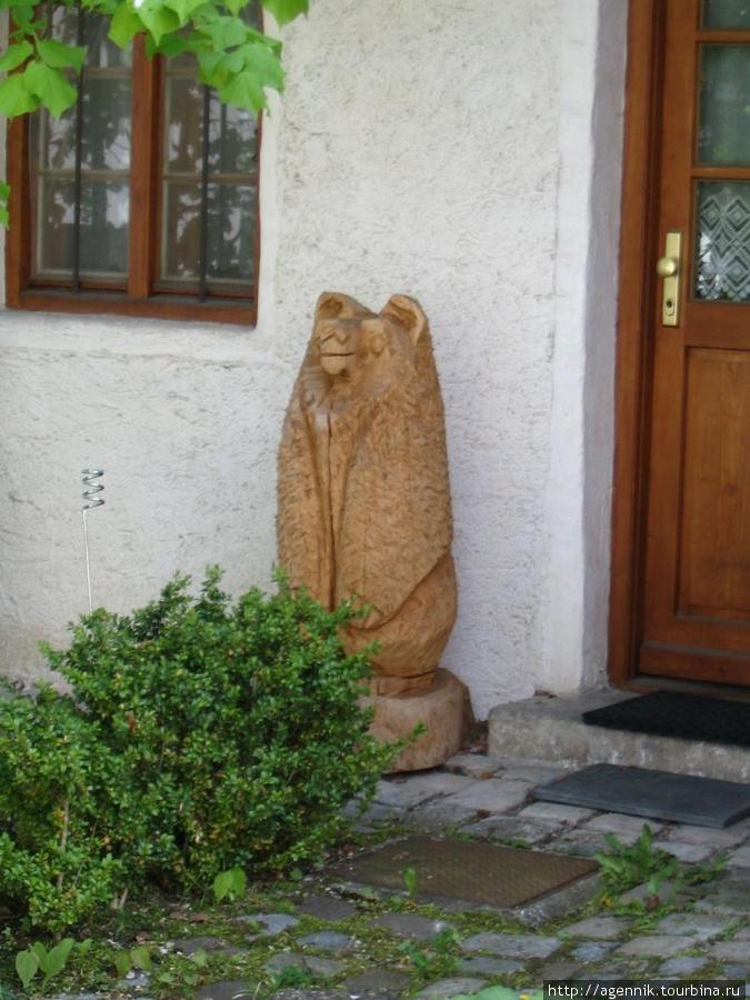 Деревянный медведь у частного дома
