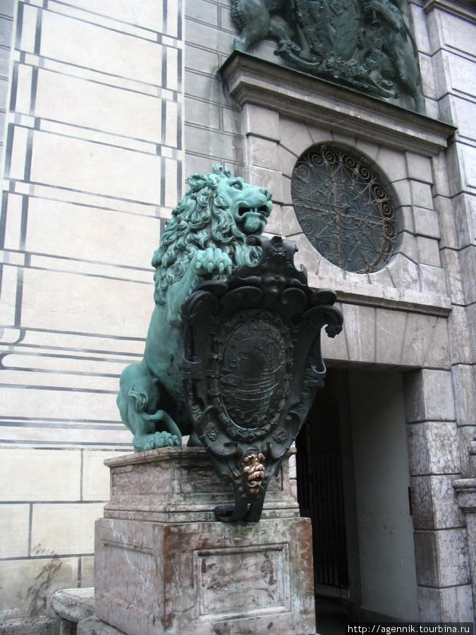 Лев у резиденции Виттельсбахов в Мюнхене
