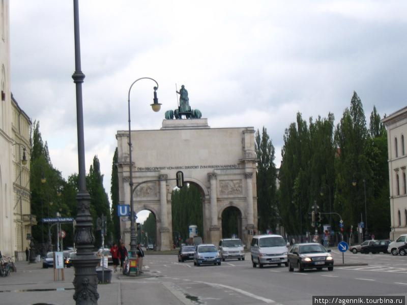 Ворота Победы — львиная четверка венчает арку