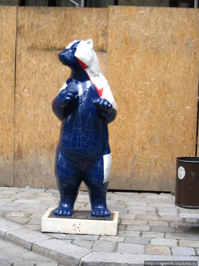 Полу-полярный медведь (на самом деле на животе и спине изображены Мюнстер и достопримечательности храмовой горы Фрайзинга)