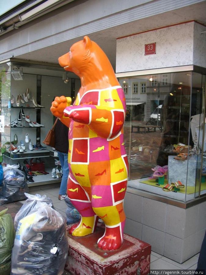 Медведь-реклама обувной лавки