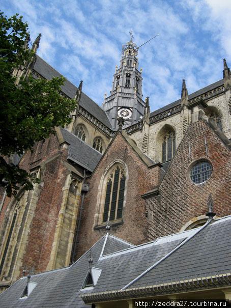 Церковь Святого Бавона на центральной площади, стиль — «пламенеющая готика»