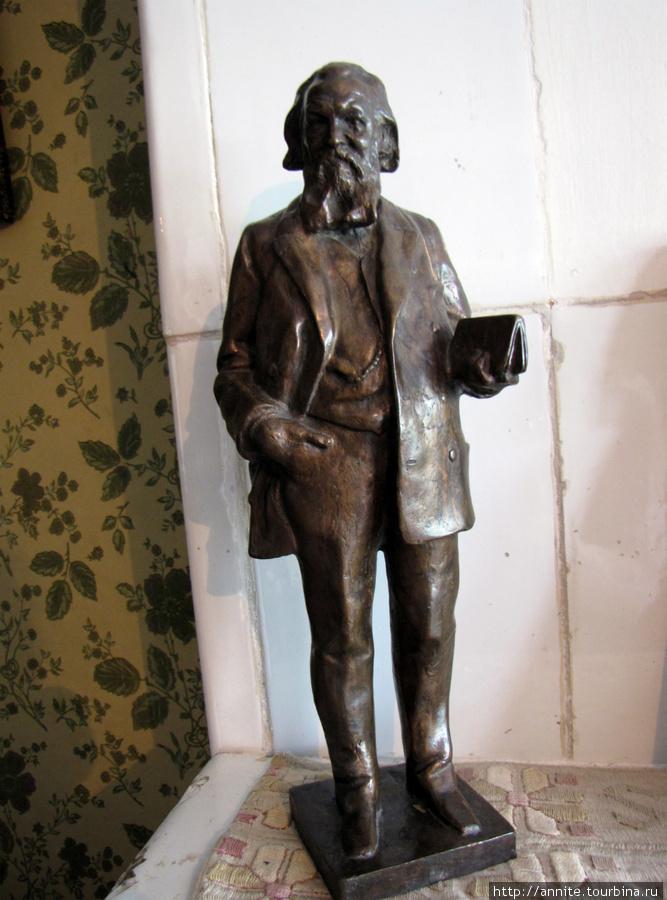 Бронзовая статуэтка А.С. Суворина  (скульптор И.Я. Гинзбург). Была подарена Чехову Сувориным в 1889 г.