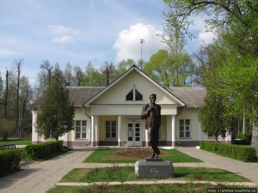 Территория бывшей усадьбы С. А. Кувшинниковой. Памятник Чехову перед Концертно-выставочным залом.