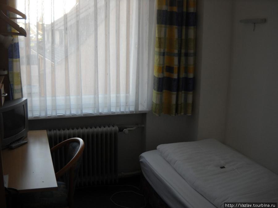 Вот и вся комната: фото сделано от входной двери...